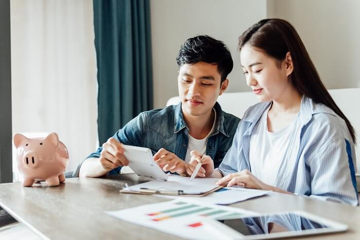 Casal asiático organizando finanças