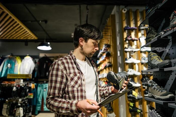 Vendedor de caçados organizando mercadorias